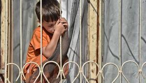 Evde tek başına bırakılan çocuk pencereye çıkıp yardım istedi