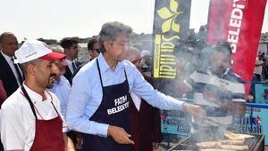 Galata Köprüsü üstünden balık tutma yarışması