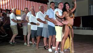 Erkek turistlerin dansözle imtihanı