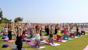 Şalvar ve yemeniyle sahilde yoga