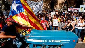 Katalonyada gerilim artıyor.. Okullların önünü kapatmaya çalıştılar
