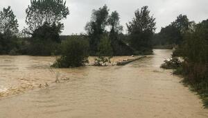 Kaynarcada yağmur nedeniyle dereler taşlı, yollar su altında kaldı