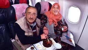 Güldoğuş çifti 40. evlilik yıl dönümlerini binlerce metre havada, uçakta kutladı