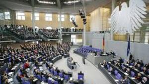 Alman meclisinde büyük kavga Kimse yanlarına oturmak istemiyor...