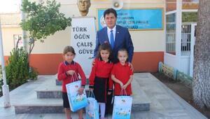 Atatürk ıslanmasın diye büstüne şemsiye tutan öğrenciler ödüllendirildi
