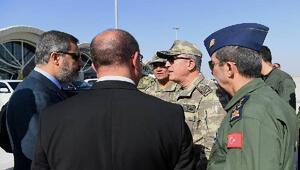 Fotoğraflı// Genelkurmay Başkanı Orgeneral Hulusi Akar ve beraberindeki komutanlar Suriye sınırında
