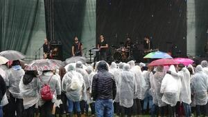 Edirnede yağmur altında müzik festivali
