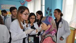 Tıp öğrencileri, köyde sağlık taraması yaptı