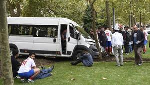 Minibüsteki yaralılara ilk yardım futbol sahasından geldi