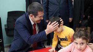 Bakan Canikli, Batum'daki Türk okulunda öğrencilerle sohbet etti