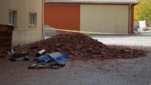 Üzerine çatı yatılım malzemesi düşen işçi öldü