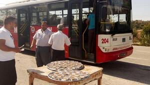 Otobüs yolcularına aşure ikramı