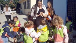 Anaokulu öğrencileri bakımevindeki hayvanları ziyaret etti