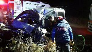 Tırla hafif ticari araç çarpıştı: 3 ölü
