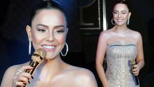 Altın mikrofonla şarkı söyledi