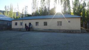 Eski köy okulunu onardı, kadınlara ve çocuklara eğitim vermek istiyor