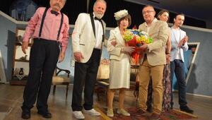 Usta oyuncu Ayşen Gruda, alkışlarla ödüllendirildi