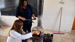 Köy okulu öğretmenleri sınıflarını kışa hazırladı