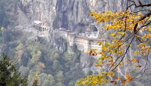 Sümela Manastırında restorasyon sürüyor, risk taşıyan kayalar dinamitle patlatılıyor