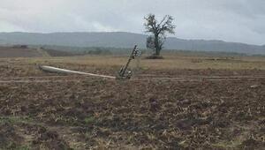 Şiddetli rüzgar elektrik direklerini devirdi