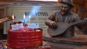 Aşık Veyseli doğum gününde pasta keserek andı