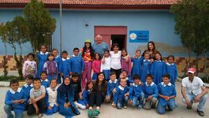 Köy okulu bahçesinde bilim