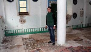 Tarihi camiyi kaçak defineciler kullanılamaz hale getirdi