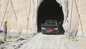 Vali Gül, inşaatı süren tünelden geçti