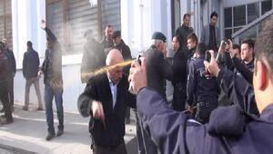 Karsta minibüsçü eylemine polisten biber gazlı müdahale