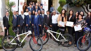 İlk yardım elçisi adliye çalışanlarına hareketli yaşam için bisiklet