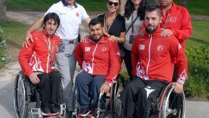 Şampiyon sporcular Ahmet Ağaoğlu ile buluştu
