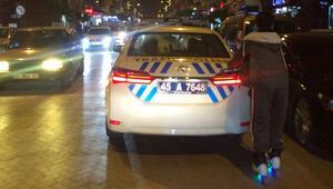 Patenli genç polis otosuna tutunarak ilerledi