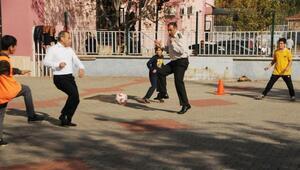 Tunceli protokolü, anma töreninin ardından öğrencilerle futbol maçı yaptı