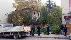 2 katlı evden 10 kamyon çöp çıktı