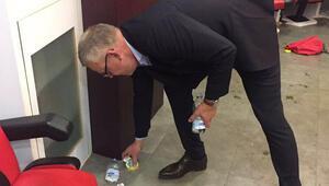 İsveç hocası Andersson soyunma odasını temizledi