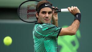 Federer yarı finali garantiledi