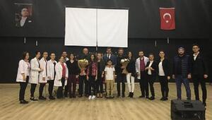 Oyuncu Çetin Altay, imza günü düzenledi