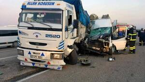 Tarım işçilerini taşıyan minibüs, kamyona çarptı: 1 ölü, 27 yaralı