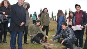 Öğrenciler hatıra ormanına fidan dikti