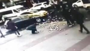 İstanbulda film gibi olay Kavga ederken yola saçılınca ortalık karıştı...