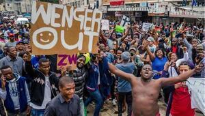 Mugabe karşıtı gösteride güldüren pankart