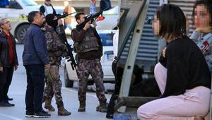 Adanada sıcak dakikalar...  Cezaevi firarisi polisi görünce ailesini rehin aldı