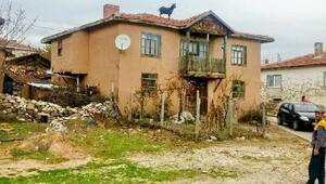 Çatıya çıkan keçi saatler sonra indirilebildi