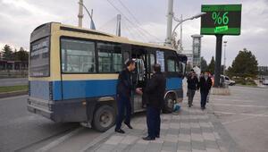 Minibüs direğe çarptı: 4 yaralı