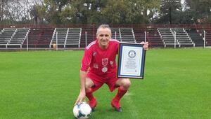 55 yaşındaki dünyanın en yaşlı futbolcusunun sırrı