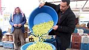 Şanlıurfada günde 3 ton yeşil zeytin satılıyor
