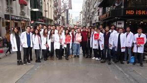 Dünya AIDS Günü etkinliğinde, tıp öğrencileri prezervatif dağıttı