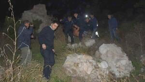 Kayalıklara yuvarlanan alkollü kişi, yardıma gelen polislere taş attı