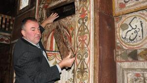 4 asırdır ayakta olan ve mihrabında bal yetiştirilen cami