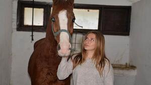 Üniversiteli kızlar atlara nal çakıyor